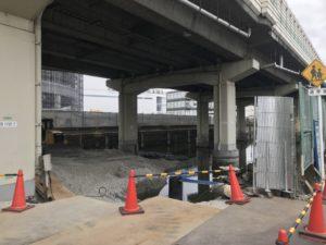 首都高速路高架下の南前掘での埋め立て工事の様子