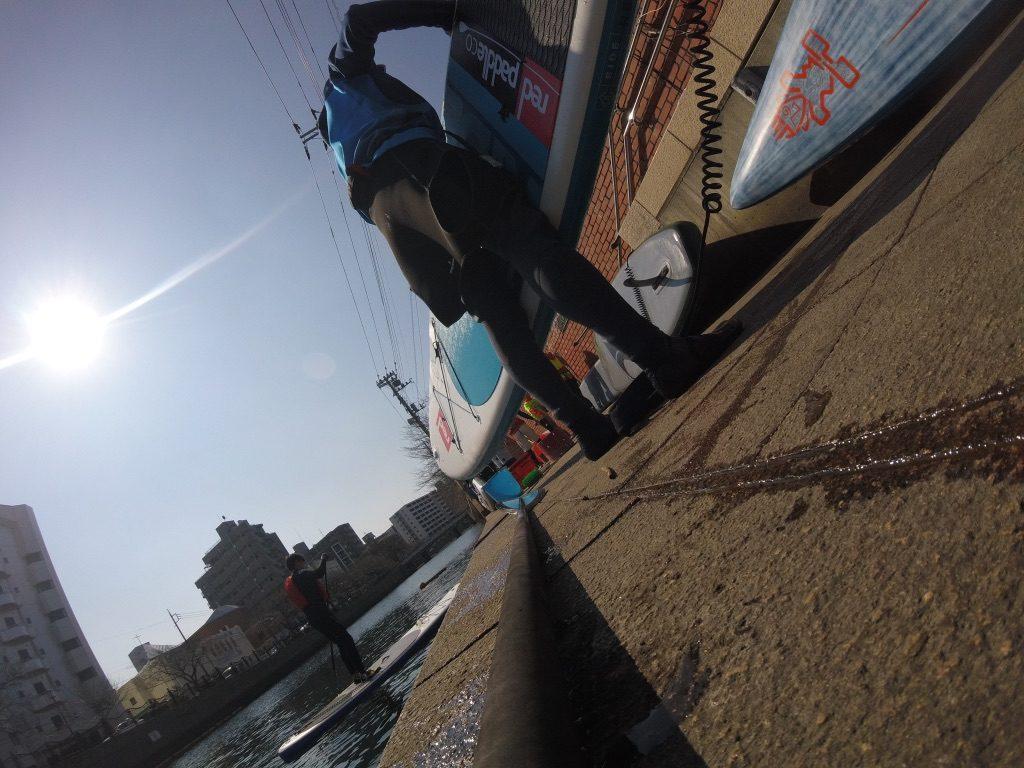 横浜の大岡川(みなとみらい)でのリバークリーンSUPの様子