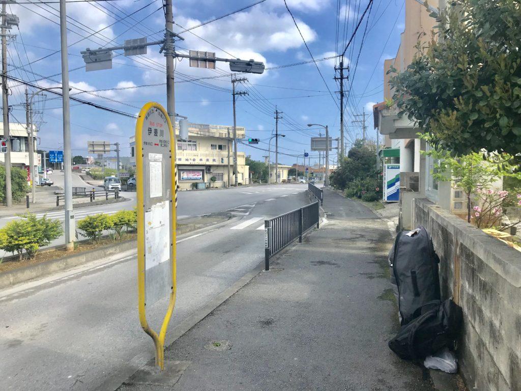 名護の伊佐川のバス停で乗り換え待ち
