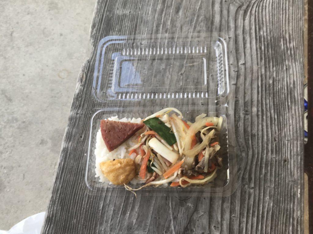 名護にある食品店にあった美味しそうな弁当100円。