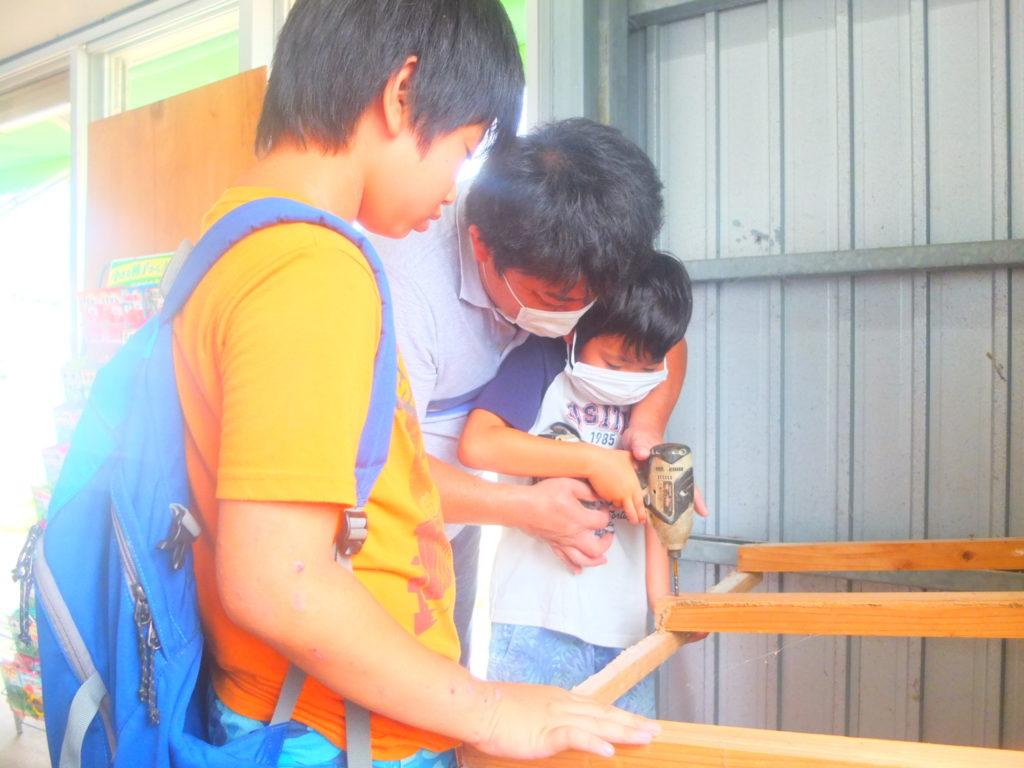 家に子ども2人現る!そしてその辺で捕まえたカニとエビを食わされましたw