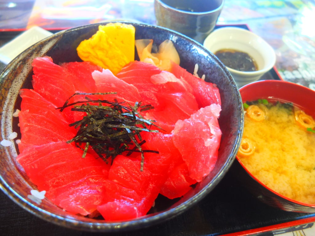 マグロ丼に沖縄天ぷら!名護漁港でたらふく食べたぞ!
