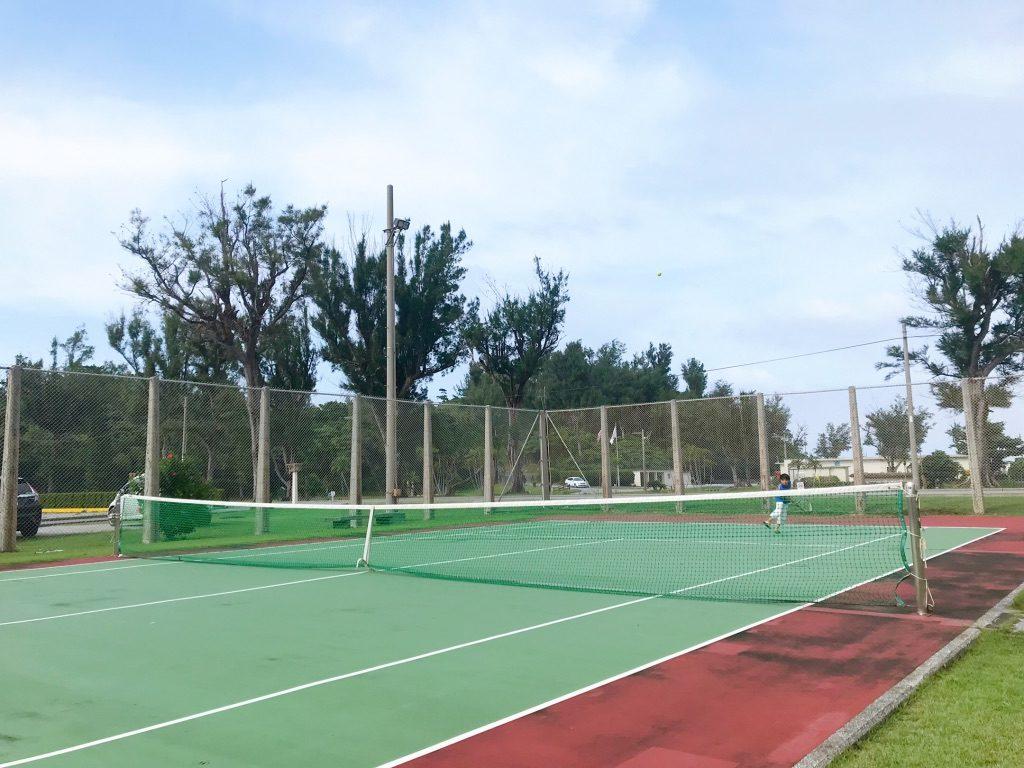 沖縄県国頭村内にある米軍ビーチでテニスを楽しむ子どもたち