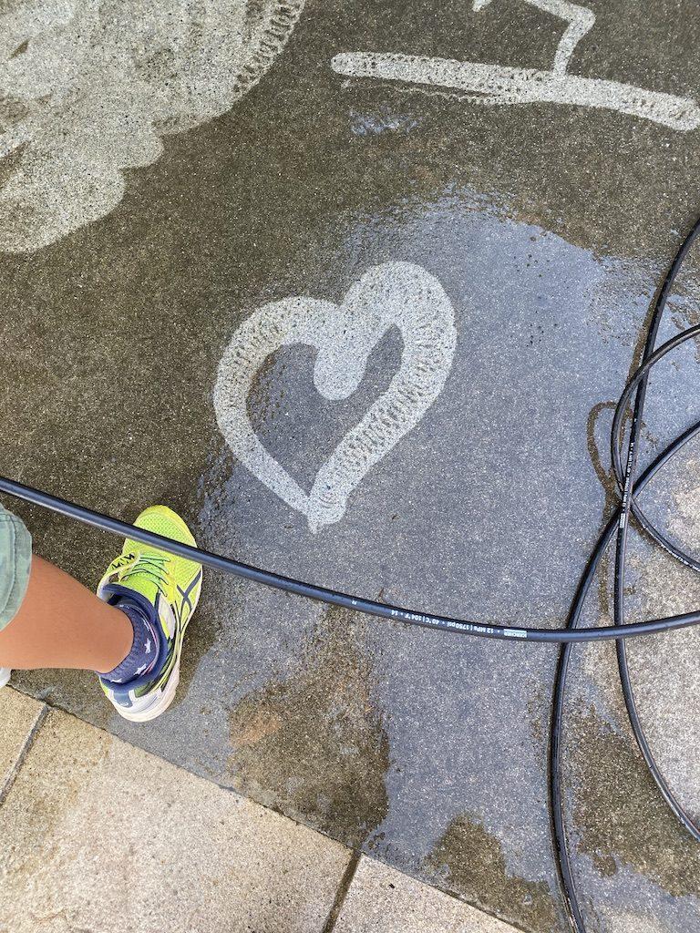 ゆいゆい国頭で清掃の仕事を手伝う地元の子どもたち
