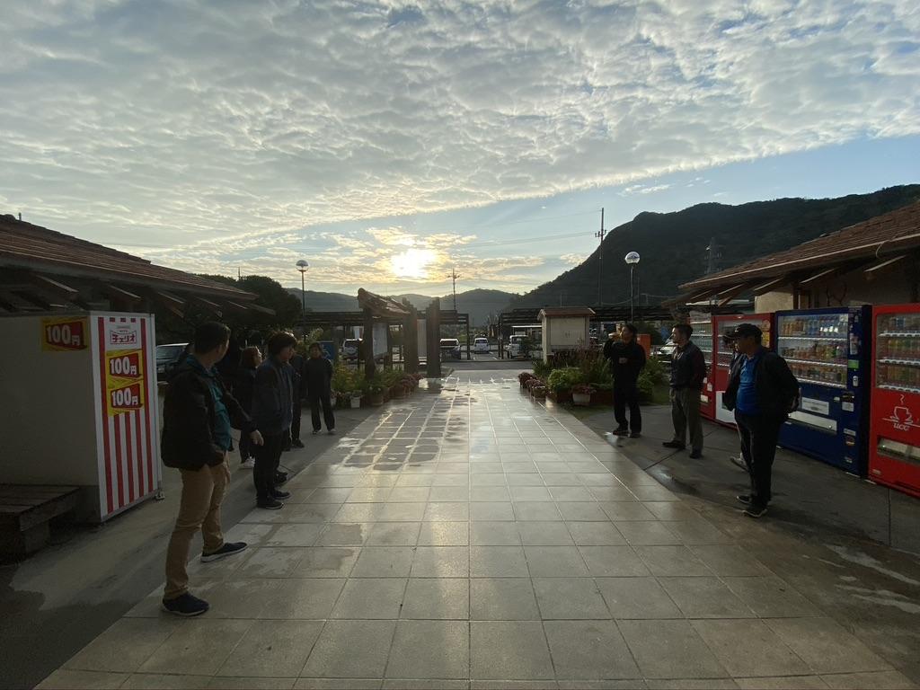 新年はみんなでハチウクシー 〜商売繁盛と健康を祈願する〜 道の駅ゆいゆい国頭玄関前